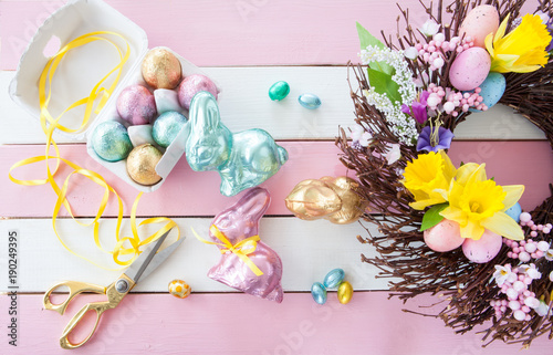 Leinwanddruck Bild Bunte Osterhasen und Eier
