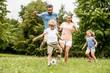 Leinwanddruck Bild - Familie spielt Fußball in der Freizeit