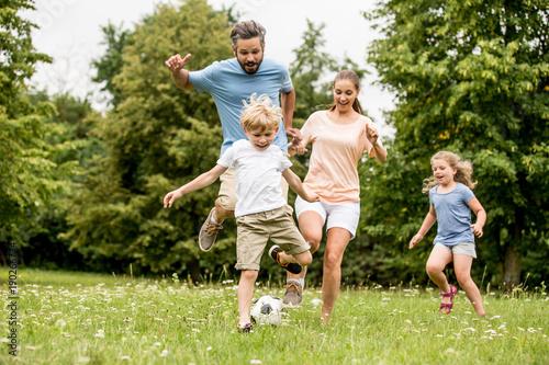 Leinwanddruck Bild Familie spielt Fußball in der Freizeit