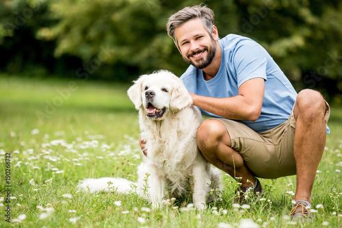 Mann spielt mit seinem Hund Poster