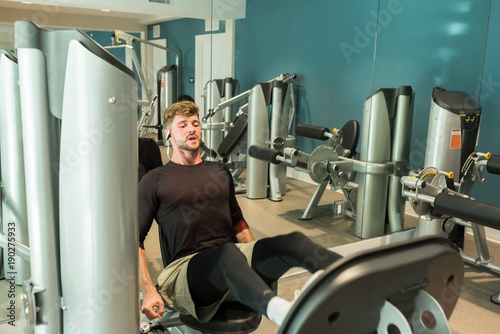 Plexiglas Fitness beau jeune homme sur une presse
