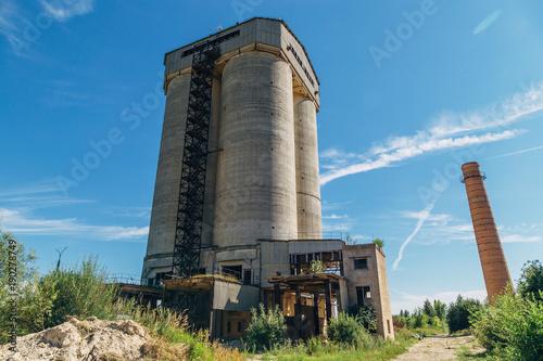 Foto Spatwand Oude verlaten gebouwen Old elevator of an abandoned lime plant