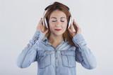 mujer guapa con auriculares
