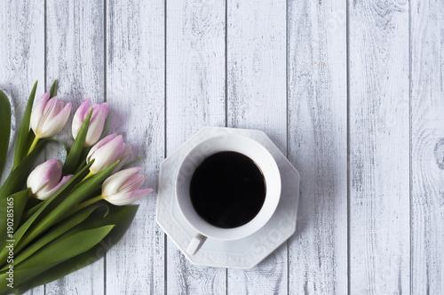 Bukiet różowych tulipanów na drewnianym stole. Poranek z kawą
