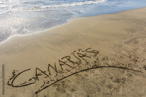 In de dag Canarische Eilanden Beach of a Canary Island with the word Canaries written in the sand