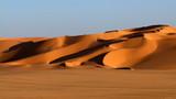große strukturierte Sanddüne erhebt sich aus der Ebene - 190293796