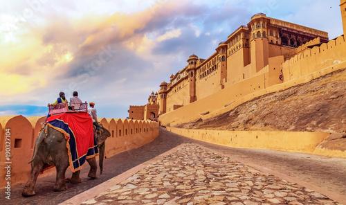 Foto Murales Amer Fort Jaipur - Tourists enjoy elephant ride at sunrise