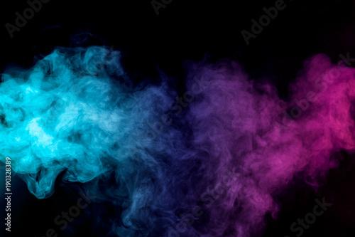 zwarty-stubarwny-dym-czerwieni-purpur-i-menchii-kolory-na-czarnym-odosobnionym-tle-tlo-dymu-vape