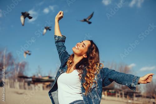 sesja-w-sloneczny-dzien,-kobieta,-niebo-i-ptaki