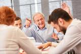 Senior erzählt Witz bei Business Team Meeting