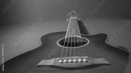 Guitarra electroacústica acostada para usar como fondo