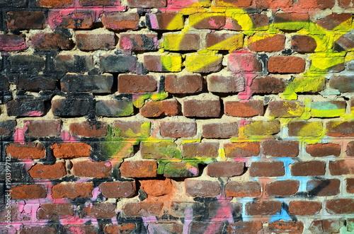 Foto op Plexiglas Baksteen muur Mit Frabe beschmierte Backsteinmauer