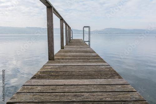 Steg aus Holz in den See