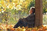 Rentner einsam unter einem Baum sitzend - 190413729