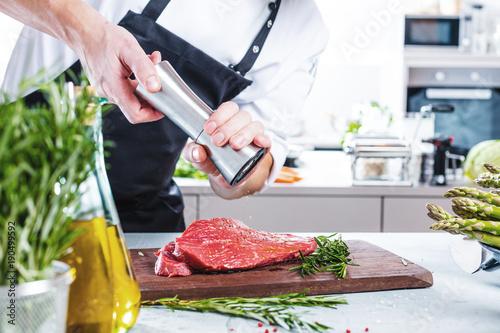 Papiers peints Steakhouse Chef Koch in der Küche,Steak Fleisch Zubereitung