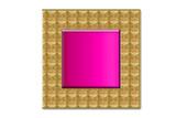 Joya con forma cuadrada rosa y marco dorado.