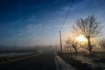 paesaggio rurale invernale al mattino presto