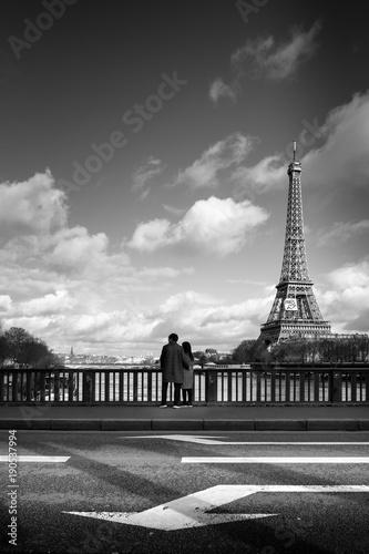 Papiers peints Tour Eiffel paris amoureux amour romantique tour eiffel france couple garçon ville sentiment romantisme