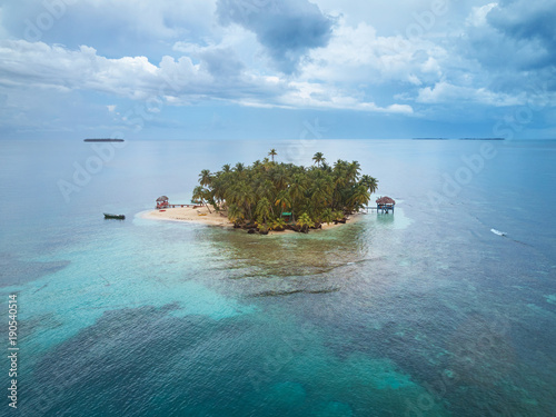 Foto op Plexiglas Tropical strand Small private island