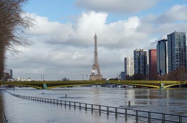 Crue de la Seine au pont Mirabeau à Paris