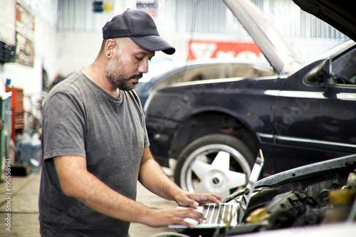 mecánico con laptop