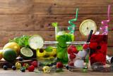 cocktail di frutta sfondo quattro bicchieri con acqua  frutti di bosco e agrumi - 190561538