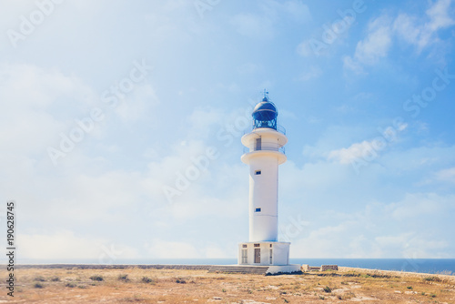 Fotobehang Vuurtoren Faro al borde del mar