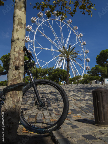 Tuinposter Amusementspark Noria en una feria del puerto de Barcelona