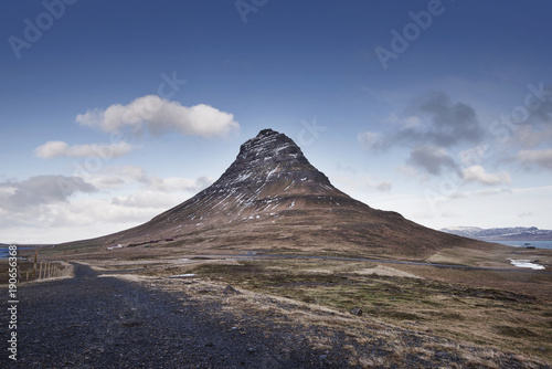 Fotobehang Landschappen Beautiful Kirkjufell and Kirkjufellsfoss waterfalls scenic view, Iceland