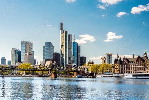 Leinwanddruck Bild Skyline von Frankfurt am Main im Frühling mit eisernem Steg, Deutschland, Europa