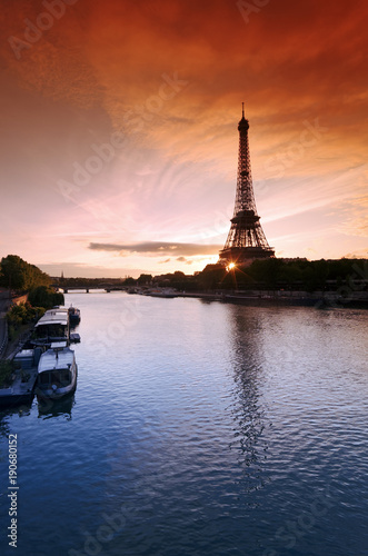 Fotobehang Nachtblauw aurore et silhouette de la tour Eiffel dans la Seine