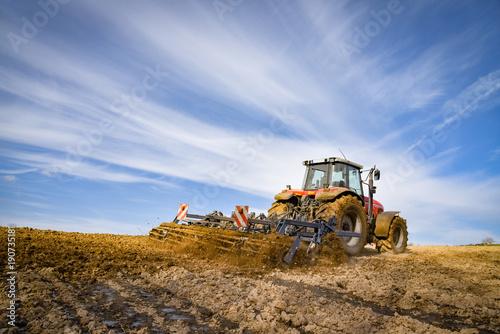 Fotobehang Trekker Ackerbau - Landwirt beim Einarbeiten von Gülle