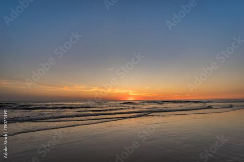 Fotobehang Strand Strandurlaub - malerischer Sonnenuntergang zur blauen Stunde