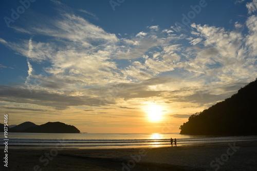 Staande foto Ochtendgloren Sol nascendo na praia do Perequê Açu em Ubatuba