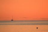 einsame Yacht am Meer bei romantischer Morgenröte, Konzept, Urlaubsfeeling, Karte, ecards - 190756923