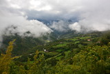 grüne Berglandschaft unter Wolken