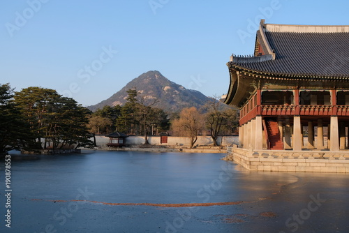 Keuken foto achterwand Seoel ANCIENT KOREAN TEMPLE IN THE LAKE