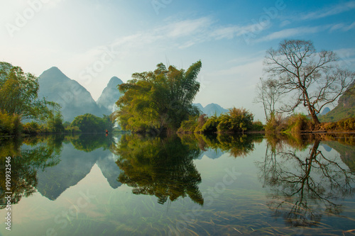 Aluminium Guilin Amazing natural landscape. Beautiful karst mountains reflected in the water of Yulong river, in Yangshuo, Guangxi province, China.