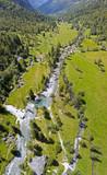 Vista aerea della Val di Mello, una valle verde circondata da montagne di granito e boschi, ribattezzata la Yosemite Valley italiana dagli amanti della natura. Val Masino, Valtellina, Sondrio. Italia