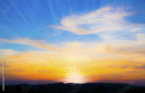Papiers peints Miel puesta de sol tras las montañas
