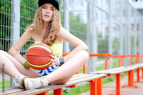 Aluminium Basketbal Девушка играет в баскетбол на баскетбольной площадке