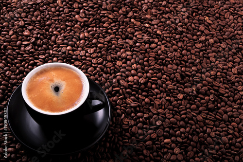 Papiers peints Cafe Black coffee cup with roasted beans background
