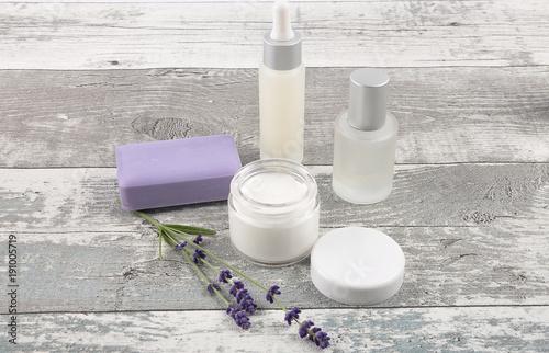 Papiers peints Lavande Kosmetikartikel und Lavendel auf verwittertem Holz