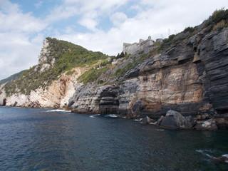 Scogliera a picco sul mare con Castello e Bosco Portovenere Italia