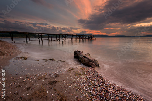 Foto op Plexiglas Ochtendgloren Magnificent cloudy sunset over the sea. Summer sunset, landscape, seascape.