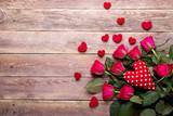 Rote Rosen und Herz auf Holz