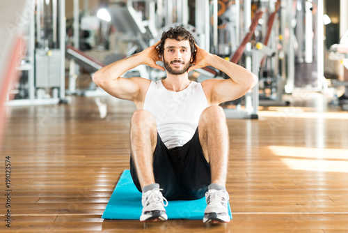 Man working out his abdomen in a gym