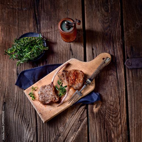 Foto op Aluminium Steakhouse Grilled lamb chops an old board