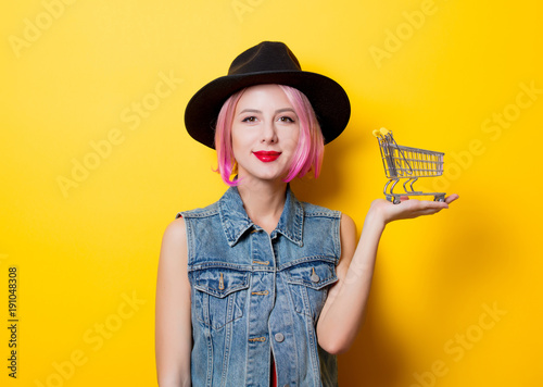 Plakat girl with pink hairstyle with shopping cart