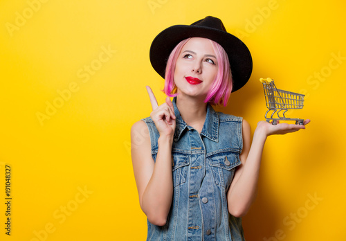 Plagát girl with pink hairstyle with shopping cart
